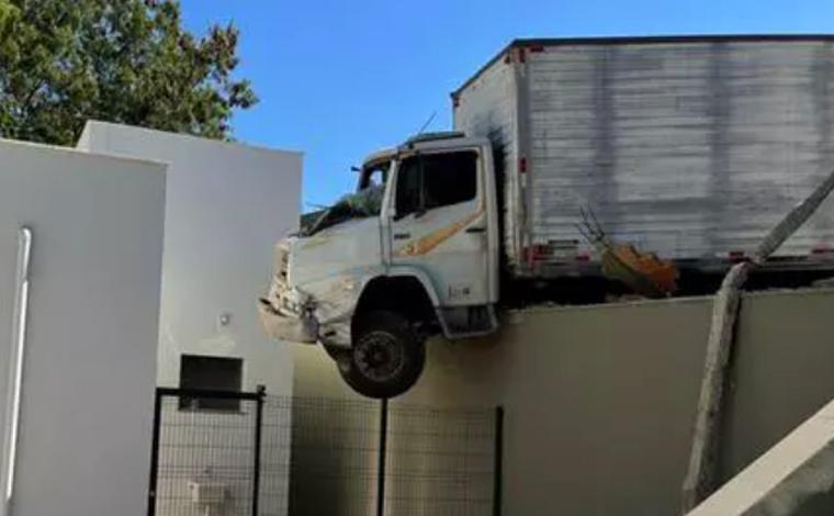 Motorista perde controle de caminhão e fica pendurado em muro de UBS em Betim