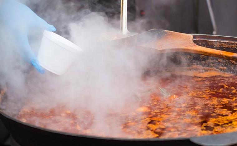 Chef de cozinha morre após cair em caldeirão de sopa enquanto preparava jantar para casamento