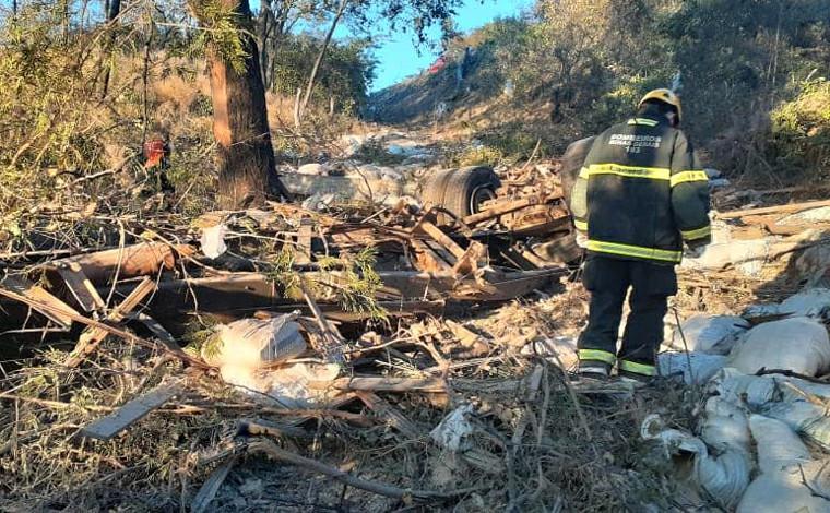 Duas pessoas morrem após caminhão perder freio e cair em ribanceira no Norte de Minas