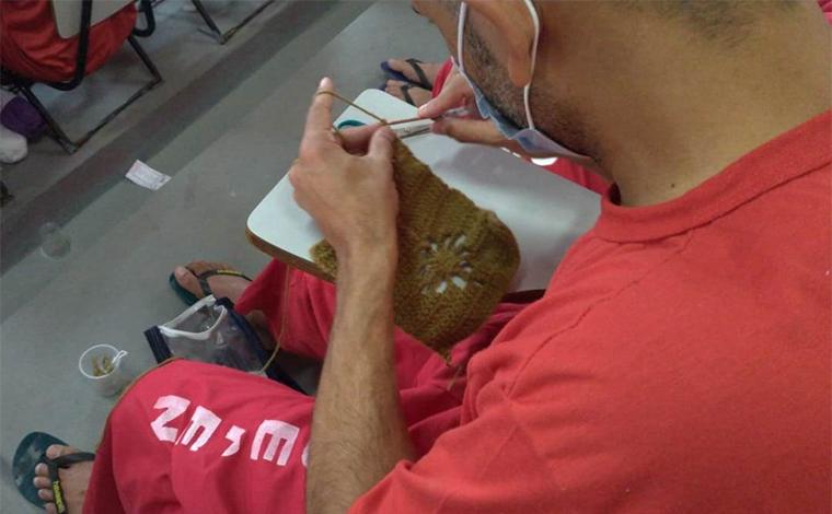 Detentos da Nelson Hungria produzem toucas para doação a moradores de rua e idosos da RMBH