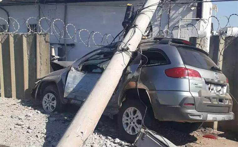 Homem morre e outro fica ferido após carro bater em poste na BR-040