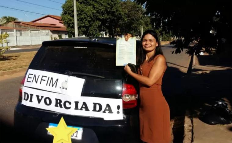 Enfim divorciada: Mulher coloca faixa no carro para comemorar separação e viraliza nas redes sociais