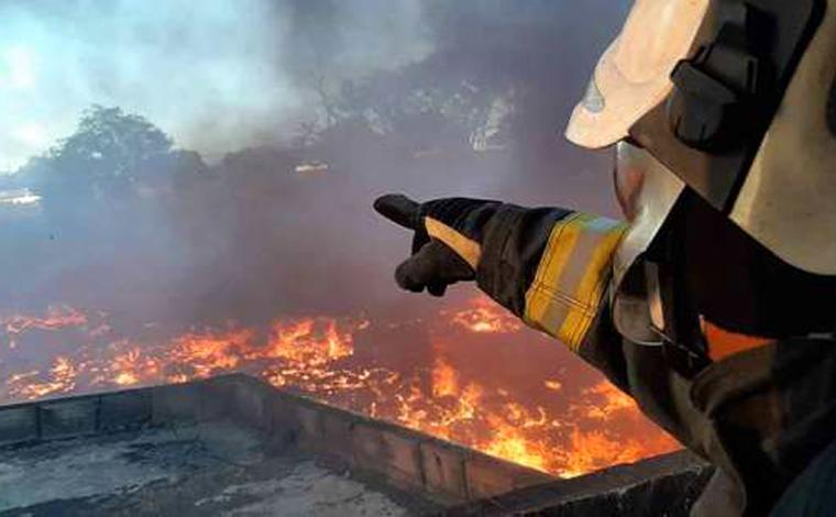 Incêndio de grandes proporções destrói fábrica de reciclagem em Sete Lagoas