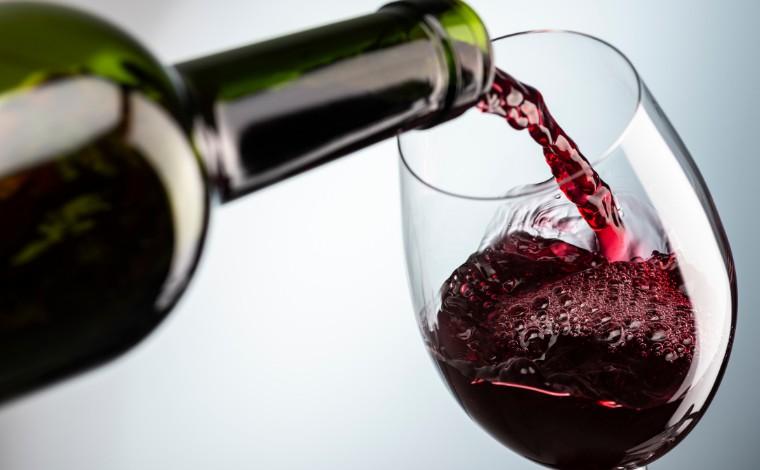 Onze pessoas morrem intoxicadas depois de beber vinho em funeral no Camboja