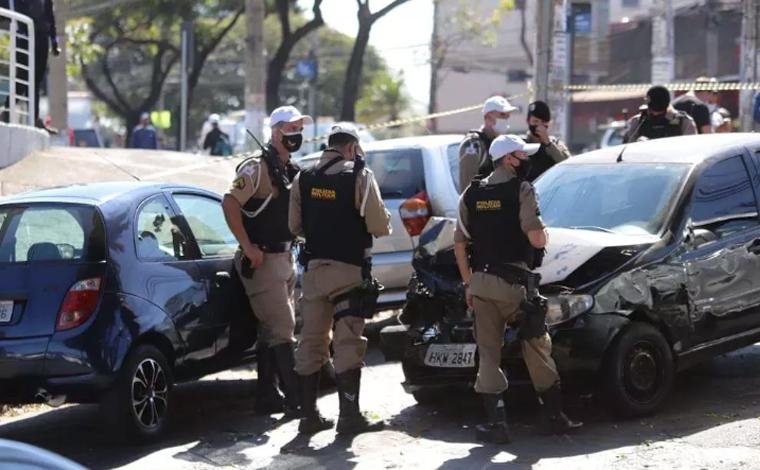 Jovem rouba carro, atropela duas mulheres, deixa militar ferido e causa acidente em BH