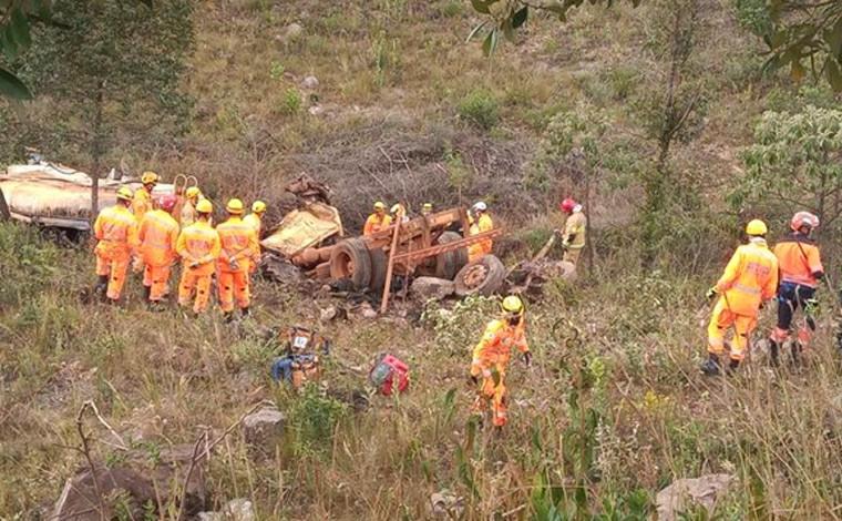 Motorista morre após caminhão-pipa despencar de ribanceira dentro de condomínio em Nova Lima