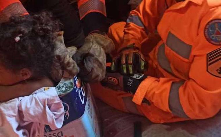 Criança de 3 anos fica presa dentro de lata de tinta e é socorrida pelos bombeiros em Santa Luzia