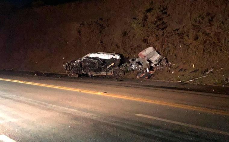 Colisão entre caminhão e caminhonete deixa três mortos e um ferido na BR-040