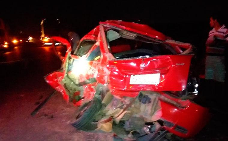 Doze pessoas ficam feridas em acidente envolvendo dois carros e um caminhão na BR-365, em Pirapora