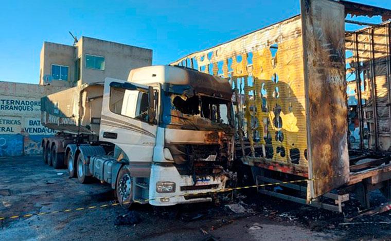 Caminhão pega fogo em posto de combustível e motorista morre carbonizado em BH