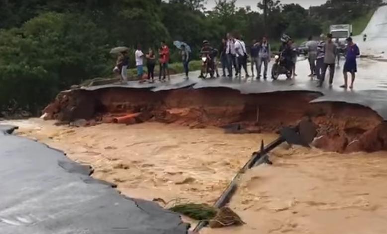 Cratera interdita principal via do Bairro Porto Seguro, em Ribeirão das Neves