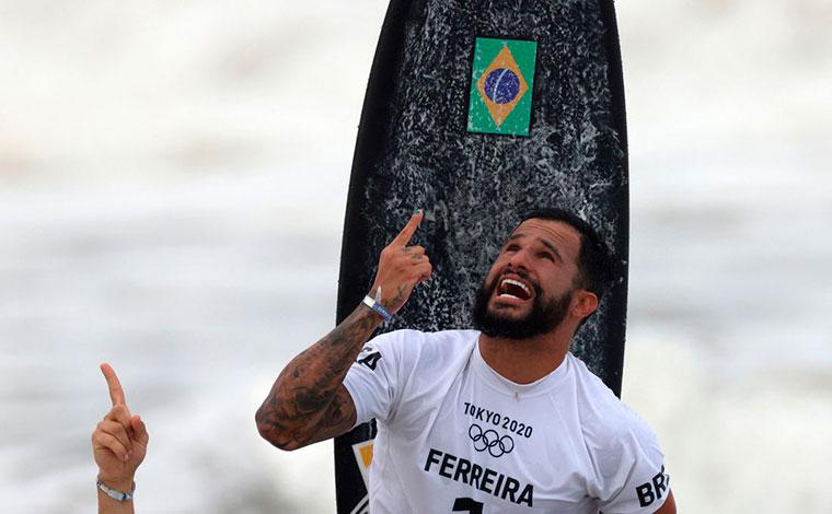 Ítalo Ferreira da show de manobras no surfe e conquista 1º ouro para o Brasil na Olimpíada de Tóquio