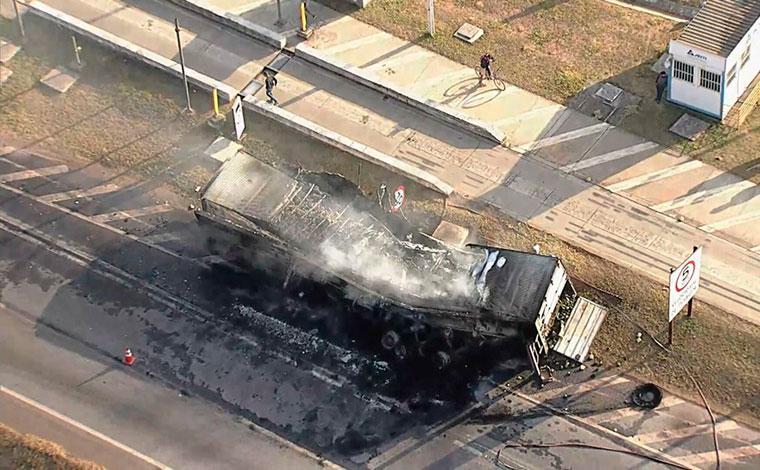 Carreta pega fogo e interdita parcialmente BR-040 em Ribeirão das Neves, no sentido Sete Lagoas