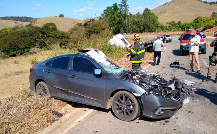 Uma pessoa morre e outra fica ferida após caminhão invadir contramão e bater em carro na MG-329