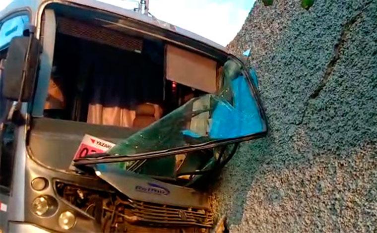 Motorista perde controle da direção e bate ônibus contra muro de casa em Pedro Leopoldo