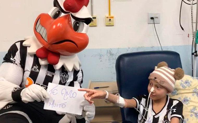 Galo Doido realiza sonho de torcedora que luta contra o câncer em hospital de Belo Horizonte