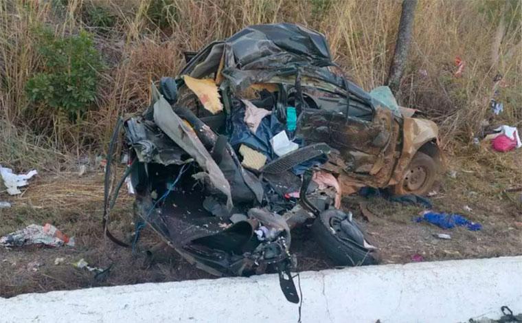 Pais e quatro filhas morrem em batida entre carro e caminhão na BR-135, em Joaquim Felício