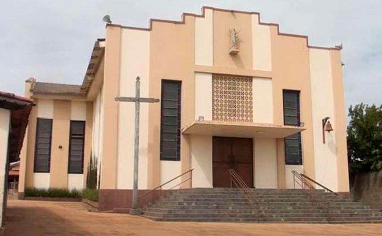 Ladrões roubam R$ 90 mil de igreja e fazem padre refém em Patos de Minas