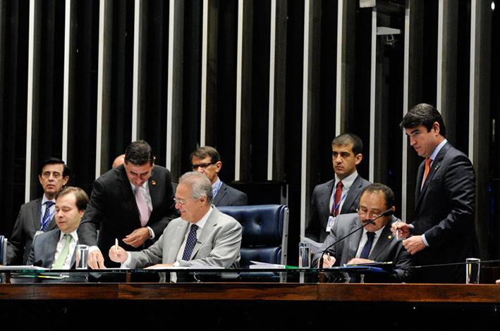 Em sessão solene, Senado promulga PEC do Teto dos Gastos
