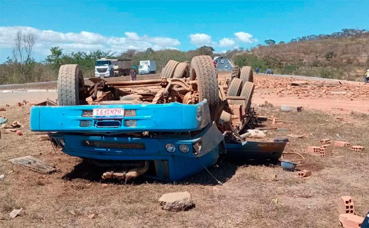 Três pessoas morrem após caminhão carregado com tijolos capotar na BR-135, no Norte de Minas