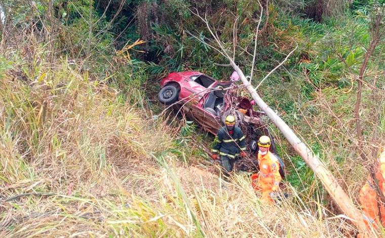 Filha morre e pais ficam feridos após carro bater em árvore e cair em ribanceira na BR-040