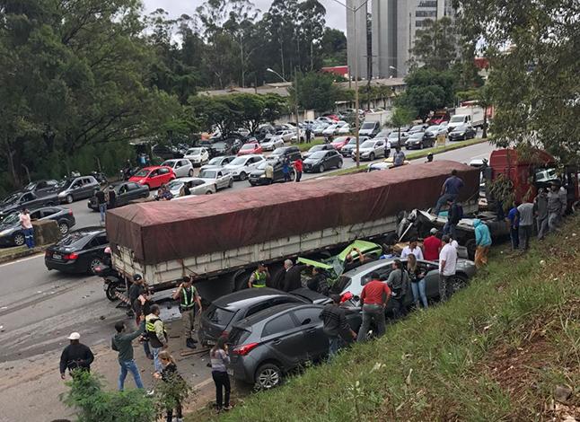 Carreta desgovernada se choca com 23 carros na BR 356