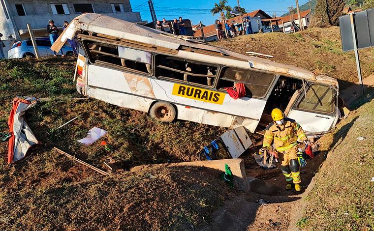 Trabalhadores rurais ficam feridos após ônibus perder freio e sair da pista no Sul de Minas