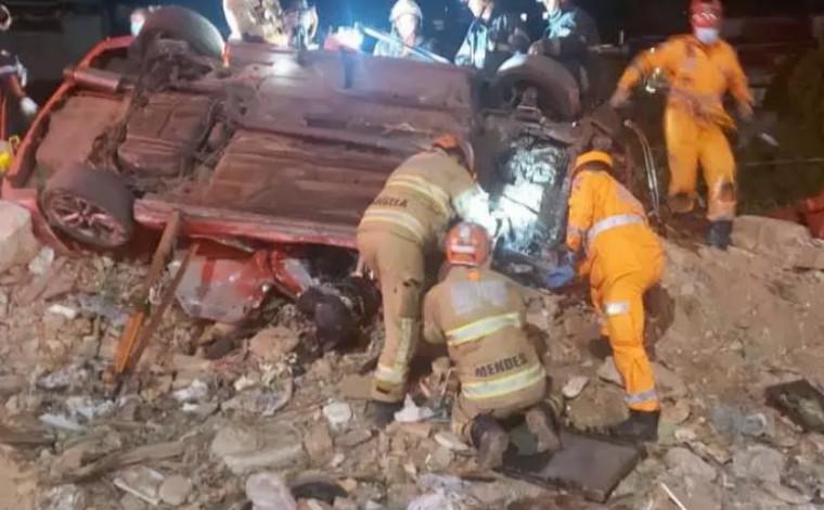 Uma pessoa morre e outra fica gravemente ferida após carro bater em mureta e capotar na BR-262