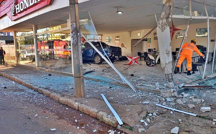 Motorista com sinais de embriaguez invade concessionária e destrói nove motocicletas em Alfenas