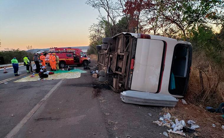 Ônibus capota e deixa mortos e feridos na BR-135 no Norte de Minas
