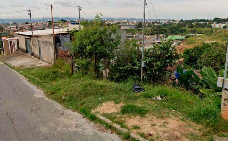 Homem encontra corpo de mulher em decomposição dentro de barracão em Contagem