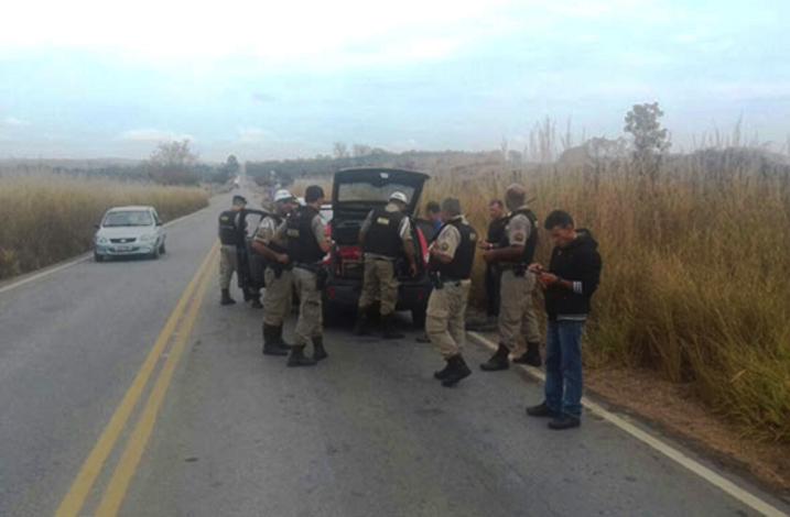 Três homens são presos após perseguição policial pela MG 238