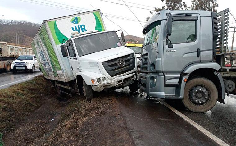 Caminhões colidem e uma pessoa fica ferida na BR-040, em Sete Lagoas