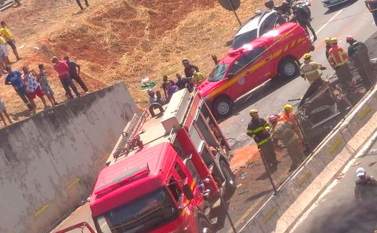 Mulher e criança ficam feridas após carro capotar na MG-010, em Vespasiano