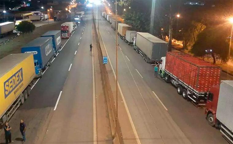 Caminhoneiros protestam a favor do governo e bloqueiam trecho da BR-381, em Minas Gerais
