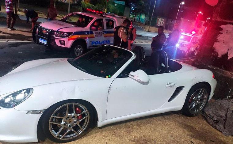 Motorista capota carro de luxo ao ver mulher nua atravessando pista no viaduto da Lagoinha, em BH