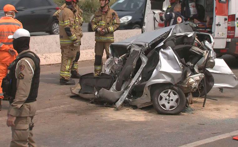Homem fica preso às ferragens em grave acidente entre carro e carreta no Anel Rodoviário de BH