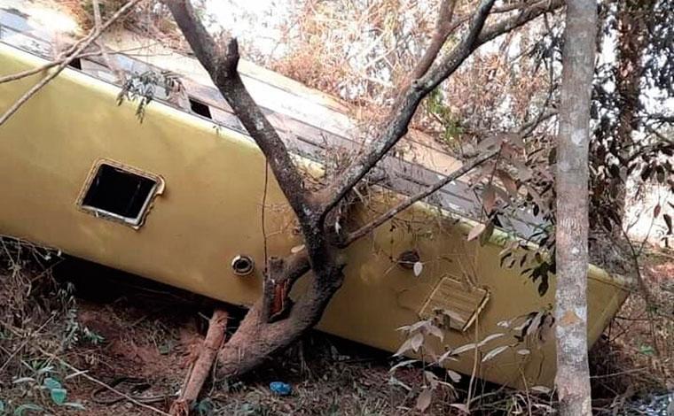 Mulher morre e 29 pessoas ficam feridas em acidente com ônibus no interior de Minas