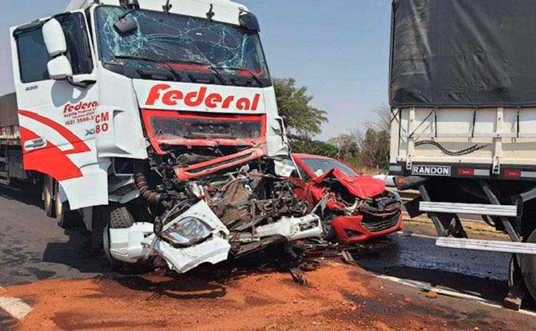 Uma pessoa morre e seis ficam feridas após engavetamento envolvendo dez veículos na BR-365