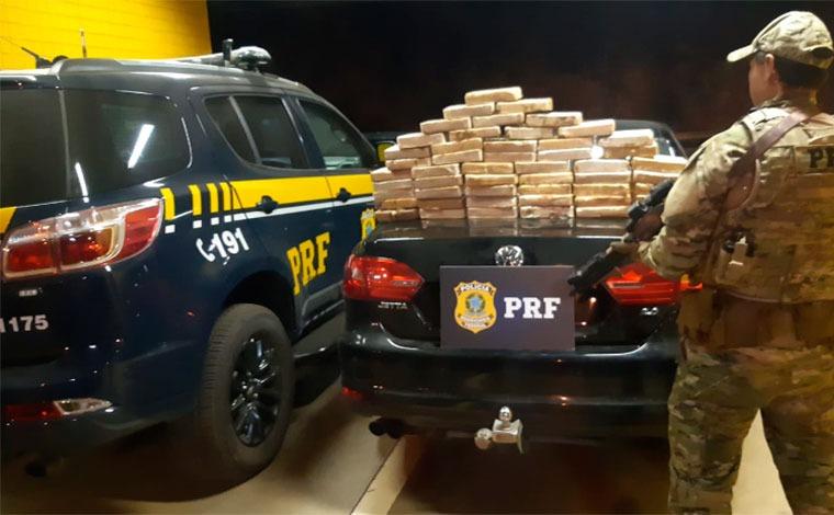 Mulher é presa dirigindo carro com cerca de 50 kg de pasta base de cocaína em Sete Lagoas
