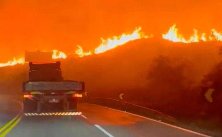 Incêndio de grandes proporções atinge vegetação às margens da BR-381 em Caeté e assusta motoristas