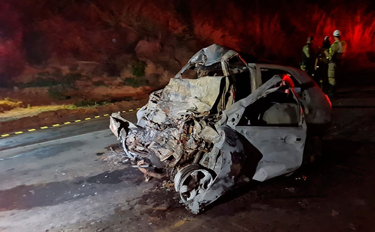 Três pessoas morrem carbonizadas em grave acidente envolvendo carro e carreta na MG-455