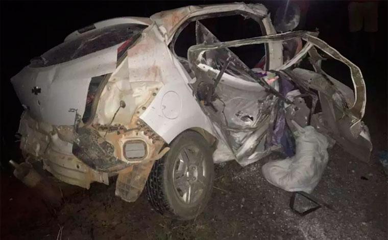 Quatro pessoas morrem em acidente entre carro e ônibus de turismo na BR-122, no Norte de Minas