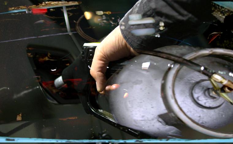 Com gasolina cara, brasileiros se arriscam colocando gás de cozinha em carro