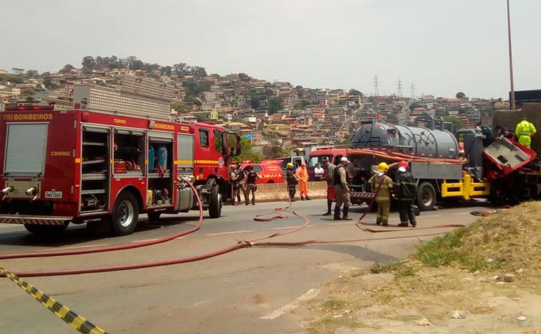 Motoristas ficam gravemente feridos em acidente entre caminhões no Anel Rodoviário em BH