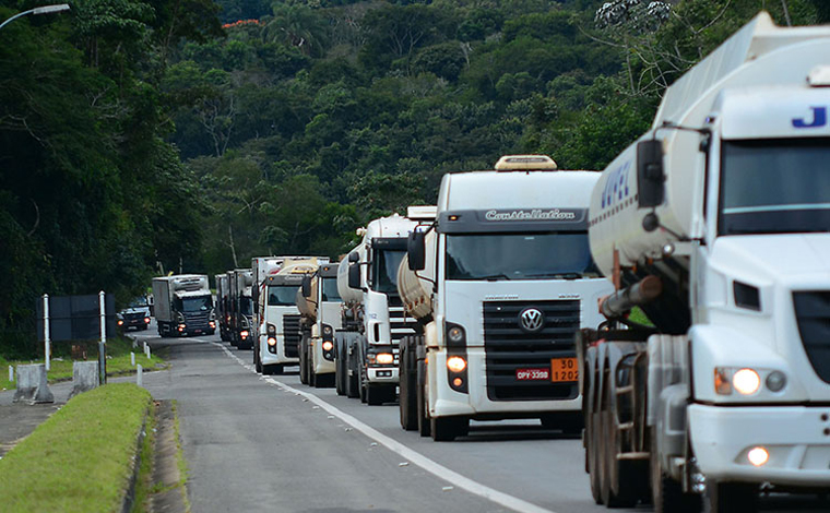 Tanqueiros ameaçam greve em Minas após Petrobras anunciar aumento do diesel