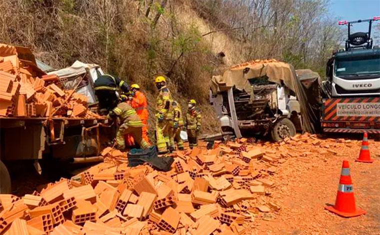Duas pessoas morrem e quatro ficam feridas em engavetamento entre sete veículos na BR-365