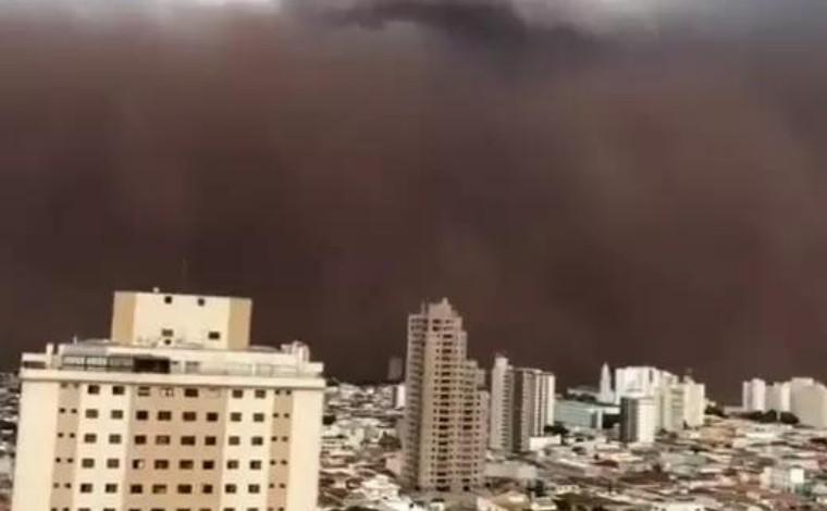 Tempestade de areia volta a atingir São Paulo e homem morre após barranco desmoronar