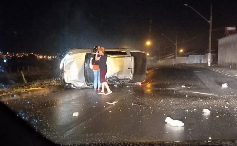 Uma pessoa morre após veículo bater em poste e capotar na Av. Prefeito Alberto Moura em Sete Lagoas