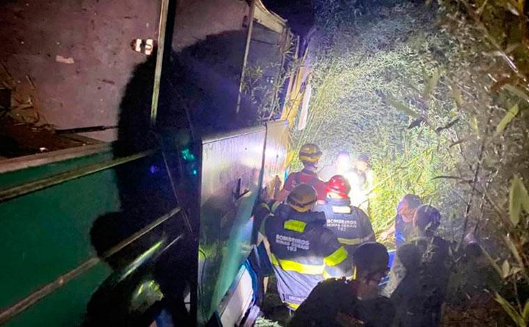 ATUALIZAÇÃO: ônibus cai em ribanceira e deixa ao menos oito mortos na BR-116, em Minas Gerais